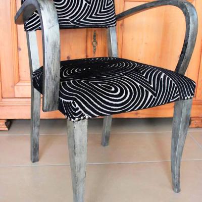 Chaise grise et noire