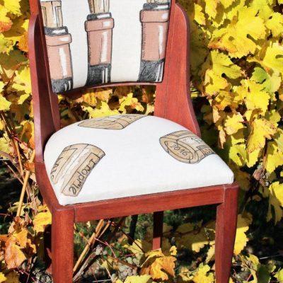 Chaise en bois réalisée en collaboration avec l'artiste peintre Laurent Bessot (peinture à la bière et au vin rouge) - face avant